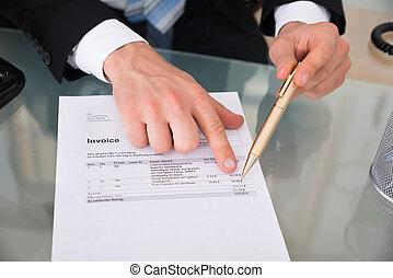 señalar, hombre de negocios, factura, manos