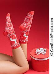 señora, santa claus, piernas, en, medias de navidad