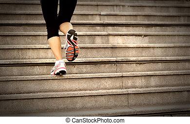se divierte a mujer, piernas, corriente, en, escaleras