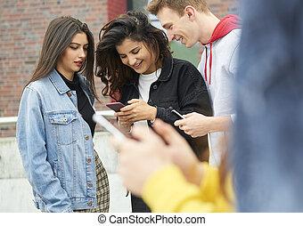 se, mobil, utomhus, ringa, tre, lycklig, vänner
