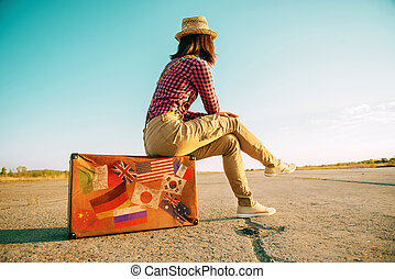 se sienta, turista, maleta