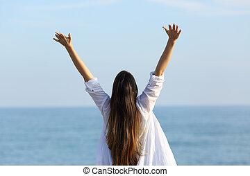 se tillbaka, av, a, lycklig woman, uppresning beväpnar, stranden