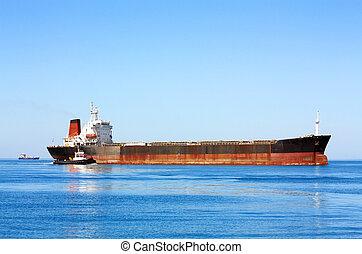 Sea bulk carrier with pilot boat - Sea transport vessel on...