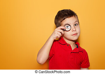 searching., experiência., amarela, magnificar, menino, olhar, texto, espaço, t-shirt vermelho, puro, através, jovem, vidro