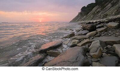 seaside., long, large, mouvement, mouvement, plage., forward., angle, rocheux, rouler, plage, petit, soir, bas, coucher soleil, vagues, gros plan, mer, caillou, lent