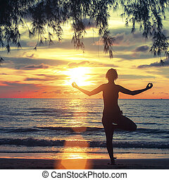 seaside., mujer, practicar, surrealista, joven, rayos, ocaso, silueta, yoga