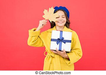 season., ögonblicken, falla, gift., höst, väder, flicka, lönn, change., blad, fashion., sales., day., lycklig, box., inköp, glädje, fransk, basker, barn, hålla, gåva, unge, skola, tacksägelse, liten