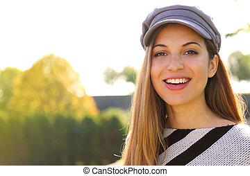 season., höst, nära, ung, uppe, hatt, kvinna tittande, kamera., parkera, mode