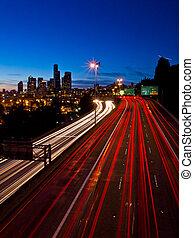 seattle, crépuscule, à, autoroute, lumière