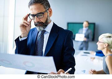 sebejistý, starší, obchodník, úvodník, pracovní, do, úřad