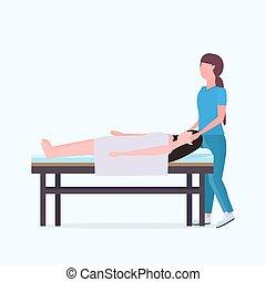 sebesült, gyógyulás, nő, fogalom, türelmes, gyógyász, fekvő, masszőz, kézikönyv, amerikai, ágy, rehabilitáció, hosszúság, tele, terápia, bánásmód, afrikai, sport, masszázs, masszázs, fizikai