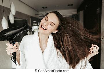 secado, blowdryer, joven, pelo, hembra, sonriente