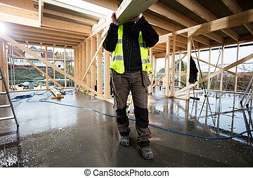 sección baja, de, macho, carpintero, proceso de llevar, tabla de madera