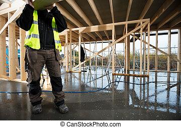 sección baja, de, maduro, carpintero, proceso de llevar, tabla de madera