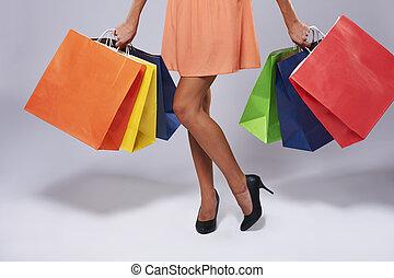 sección baja, de, mujer, con, bolsas de papel
