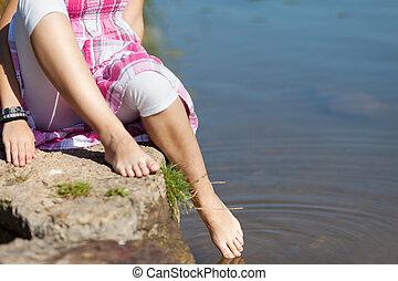 sección baja, de, niña, mojadura, pie, en, agua