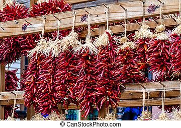 secco, peperoncino, ristras, a, coltivatori introducono mercato