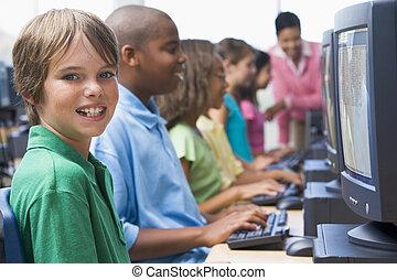 sechs, kinder, computer, geräte, mit, lehrer, in, hintergrund, (depth, von, field/high, key)