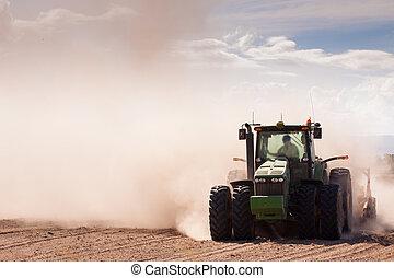 seco, polvoriento, tractor de la granja