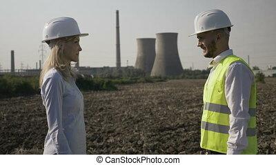 secousse, énergique, affaire, réussi, femme affaires, industrie, projet, consentir, mains, ingénieur, oilfield, beau