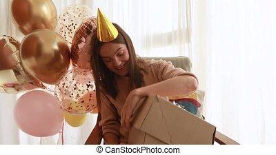 secousses, cadeau, chapeau, papier, jeune, grand, anniversaire, femme, boîte
