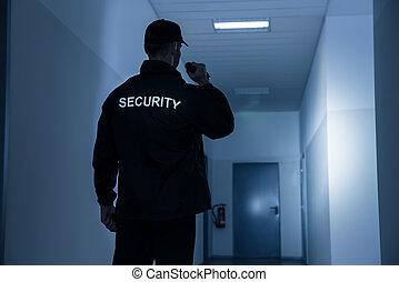 security bevogt, hos, flashlight, ind, bygning, korridor