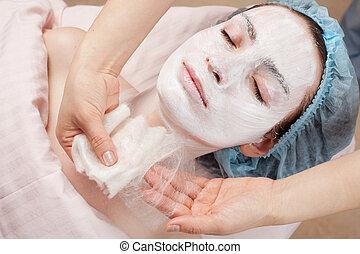 seda, máscara, ser aplicable, tratamiento de belleza, mujer joven, cara, en, salón