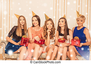 sedendo bello, anno nuovo, festeggiare, divano, ragazze