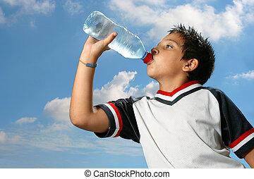 sedento, menino, água potável, ao ar livre