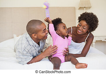 sedere insieme, genitori, letto, ragazza bambino, felice