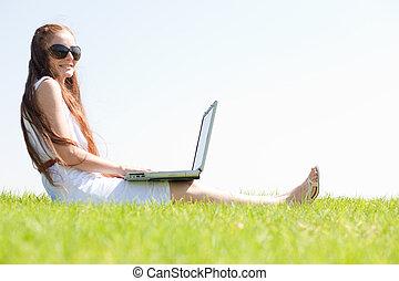 sedere, laptop, parco, giovane, feamle, usando