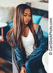sedia blu, giovane, seduta, donna, atteggiarsi, jeans, splendido, bello, sexy