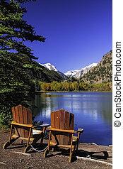 sedie, vicino, lago