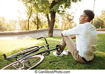 seduta, africano, parco, giovane, fuori, uomo, bello