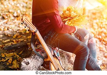 seduta, coppia, chitarra, closeup, foresta, ritratto, falò