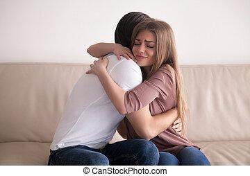 seduta, coppia, giovane, abbracciare, divano, stretto,...