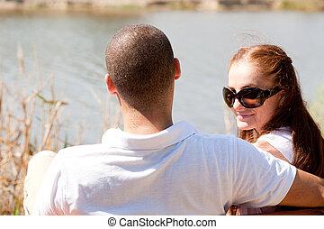 seduta, coppia, lago, giovane, lato, vista posteriore