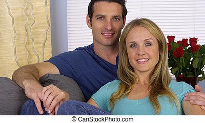 seduta, dolce, coppia, divano, dall'aspetto, macchina fotografica