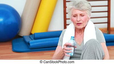 seduta, donna, anziano, pavimento