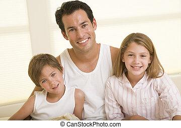 seduta, due, letto, giovane, sorridente, bambini, uomo