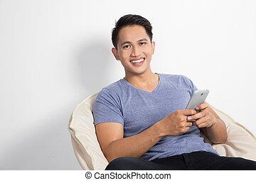 seduta, handphone, mentre, presa a terra, sedia, uomo
