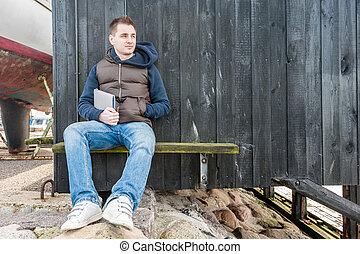 seduta, panca legno, parete, fronte, uomo