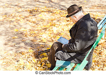 seduta, parco, anziano, uno, fornito gambe, lettura, uomo
