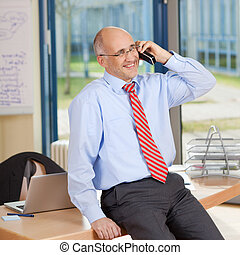 seduta, telefono cordless, mentre, uomo affari, scrivania, ...