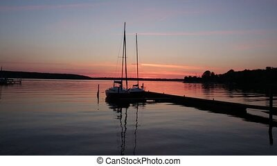 See bei Sonnenuntergang mit Boot