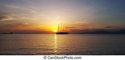 Segelschiffe auf dem meer sonnenuntergang  Sonnenuntergang, schiff, silhouette, meer, segeln.... Stockfoto ...