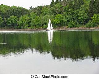 Segelschiff mit Spiegelung im See, Sailing ship with...