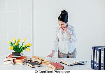 segretario, ragazza, sedere, ufficio, carta, affari, cartelle