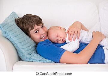 segurando, bebê recém-nascido, irmão, menino, seu
