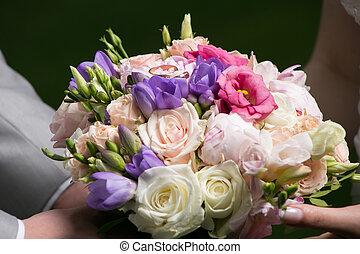 segurando, casório, noiva, buquet, noivo, mãos